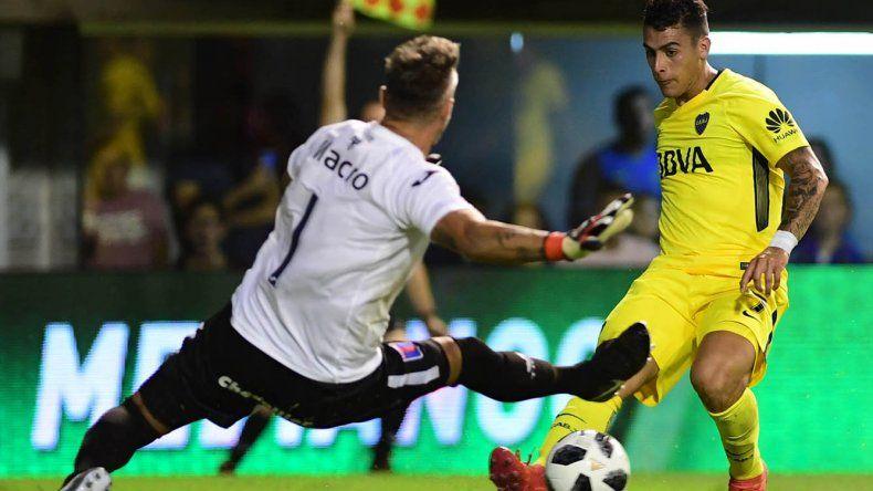 Cristian Pavón le pega al arco defendido por Julio Chiarini en el partido que se jugó anoche en La Bombonera.