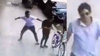 golpeo a una mujer en la calle y siguio caminando como si nada