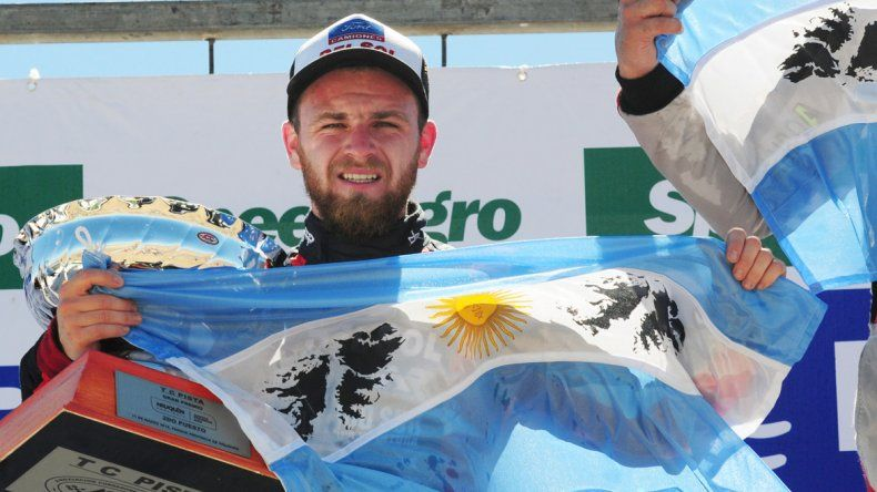 Marcelo Agrelo en el podio del TC Pista y con una bandera argentina.