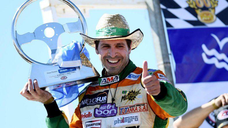 Pinchito festeja en el podio con el trofeo ganado ayer en la provincia de Neuquén.