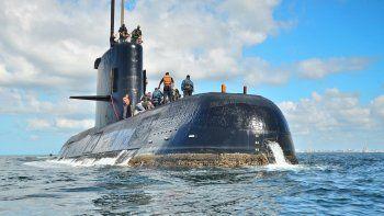 En el último mensaje emitido por el submarino ARA San Juan, a la altura del golfo San Jorge, el capitán de la embarcación decidió bajar a 40 metros de profundidad para evitar olas de seis metros y tratar de reparar las baterías dañadas por el ingreso de agua.