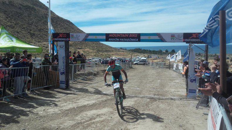 Alvaro Macías fue el ganador en la categoría Elite ayer en el circuito de El Infiernillo.