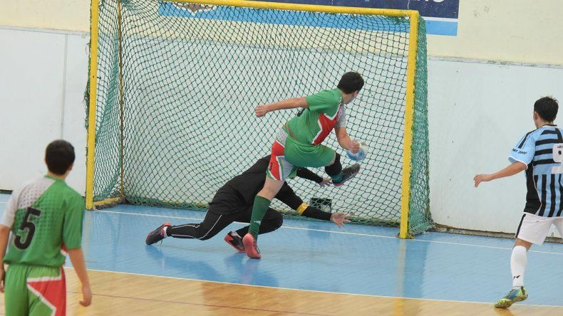 Uno de los partidos de fútbol de salón que pudo jugarse con normalidad el último fin de semana en el gimnasio municipal 1.