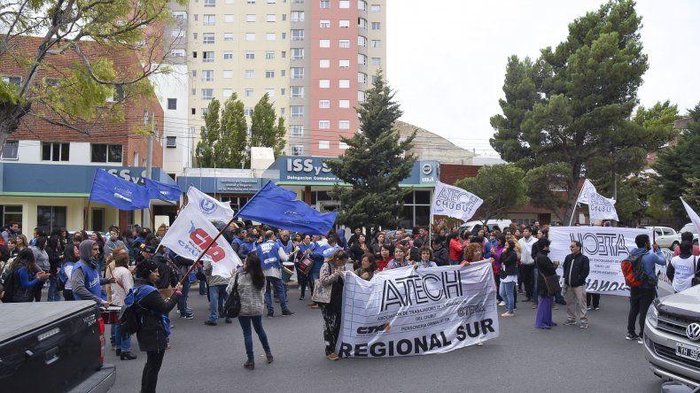 Los estatales se manifestaron ayer frente a SEROS. ATE Salud realizó una asamblea general en el Regional.