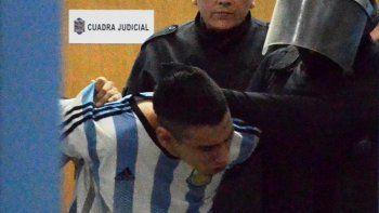Fuerzas policiales retiran a uno de los internos que protagonizó una violenta pelea originada en la disputa por un calabozo.