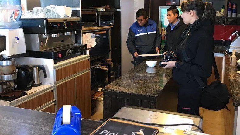 Personal policial de la División Criminalística supervisó la cocina de la confitería para evaluar si el individuo que fue hallado dormido en ese lugar había causado otros destrozos.