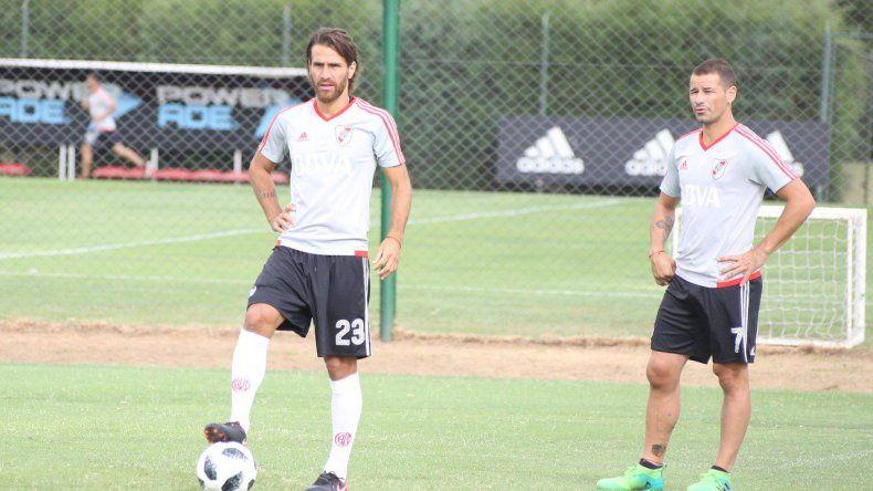 Leonardo Ponzio y Rodrigo Mora durante el entrenamiento que el plantel de River realizó ayer en Cardales.