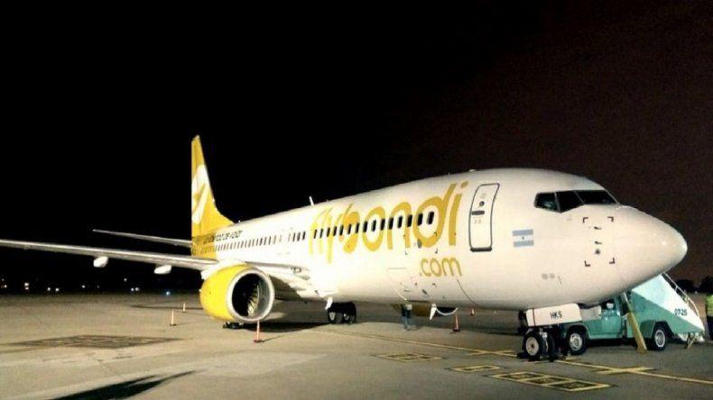 Un avión de Flybondi se demoró porque se le cayó un pedazo de motor