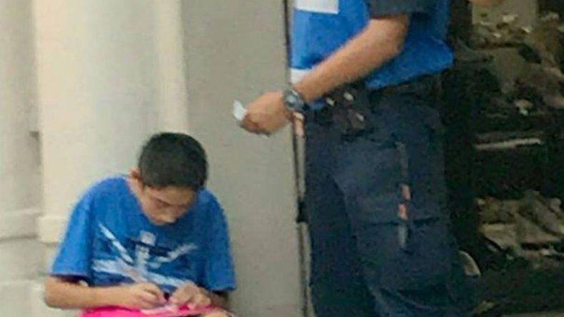 Habló el Policía que se hizo viral por ayudar a un niño a escribir