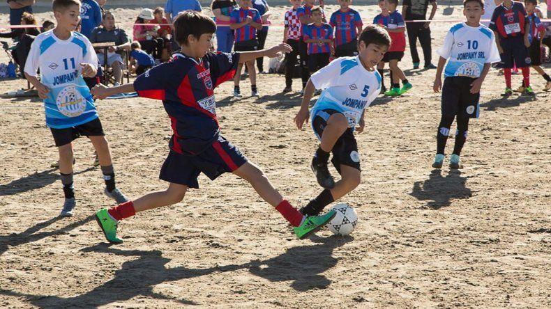 El torneo de fútbol playero infantil contó con la participación de 27 equipos.