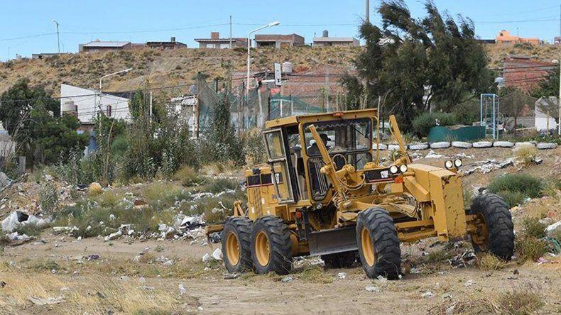 La Municipalidad volvió a realizar un operativo de limpieza en el barrio 17 de Octubre donde constantemente vecinos desaprensivos arrojan basura y escombros.
