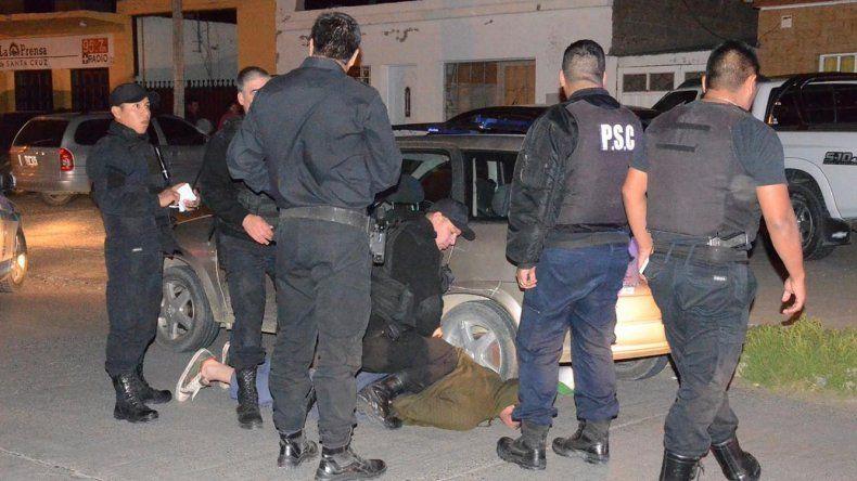 Policías del Comando Radioeléctrico redujeron al conductor de un taxi sospechado de integrar la banda a la que se le atribuye dos de los tres asaltos a mano armada perpetrados el martes por la noche. Sus cómplices lograron escaparse.