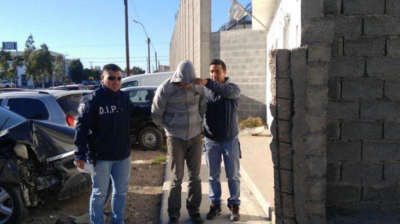 El momento en que el oficial Patricio Rojas y sus colaboradores detienen al violador que se mantuvo tres años prófugo de la Justicia.
