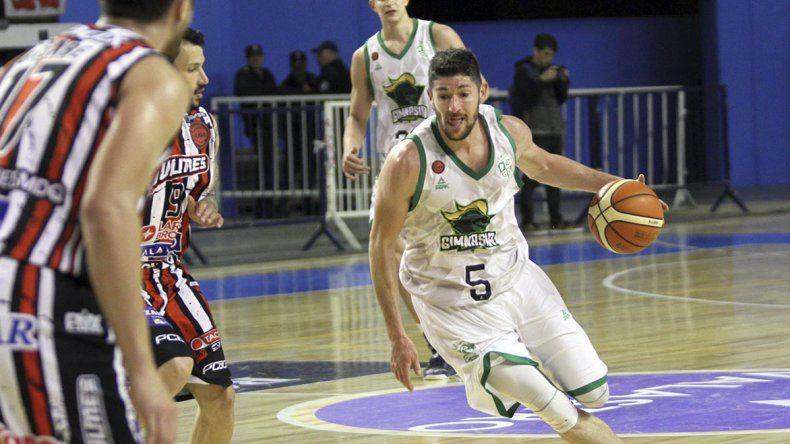 Gustavo Barrera traslada el balón ante la marca de Emiliano Basabe y Nicolás Ferrey-ra