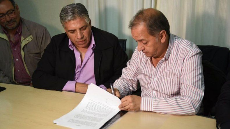 El intendente firmó ayer el acuerdo paritario solo con el Sindicato de Obreros y Empleados Municipales.