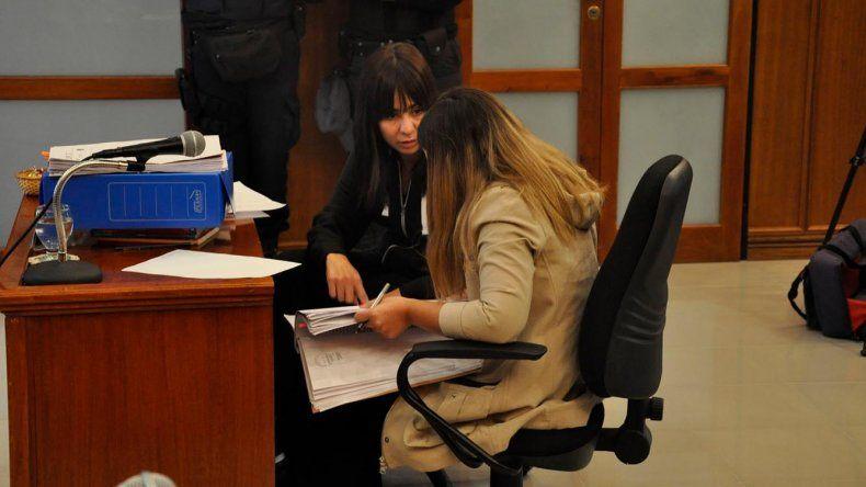 Daniela Souza dialoga con su abogada defensora en el marco de la audiencia de control de detención.