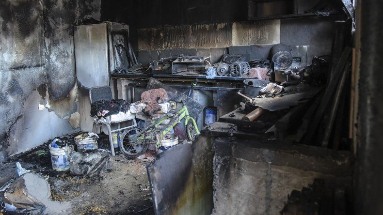 El fuego en la casa de la Fracción 14 se originó por un cortocircuito. La madre y su hija fueron rescatadas a través de una pequeña ventana.