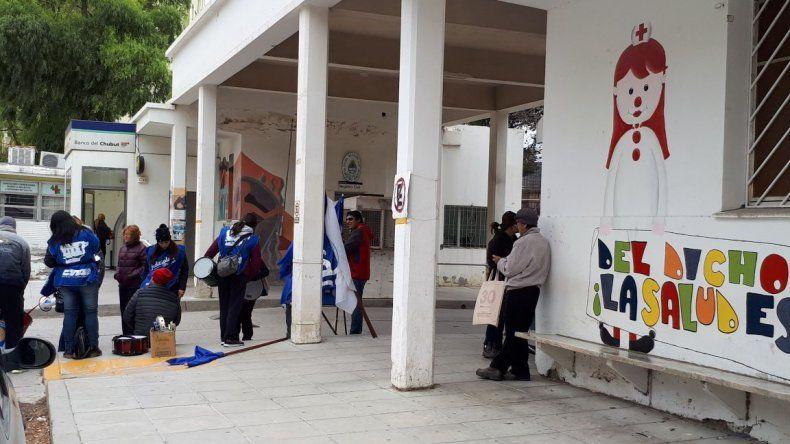 Trabajadores estatales protestan afuera del Hospital Regional