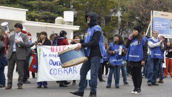 Estatales se manifestaron frente al Hospital Regional por el retraso en el pago de sueldos.