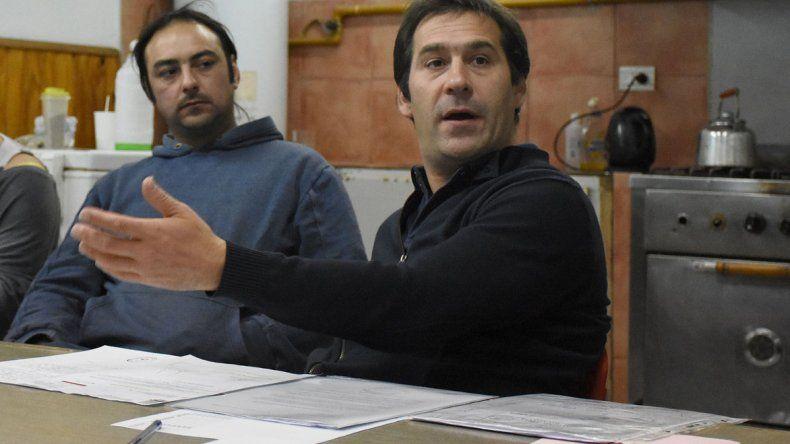 El viceintendente Juan Pablo Luque se reunió ayer con habitantes de Próspero Palazzo que no cuentan con servicio de red de gas por estar cerca de un pozo petrolero sin sellar.