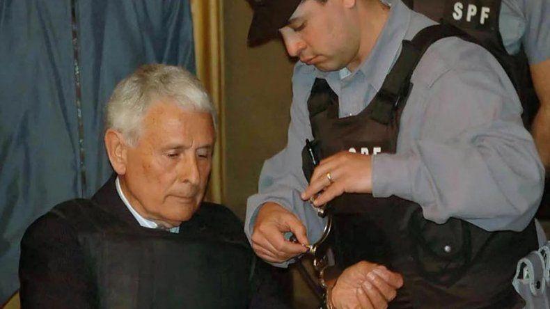Miguel Etchecolatz volverá cumplir prisión en una cáMiguel Etchecolatz volverá cumplir prisión en una cárcel común.rcel común.