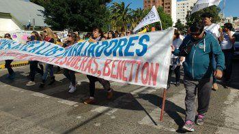 Los docentes marcharon por la calle San Martín, mientras preparan su caravana a Rawson el martes.