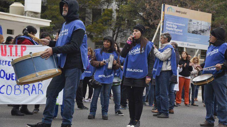 El reclamo salarial de los gremios estatales volvió a expresarse en las calles de Comodoro