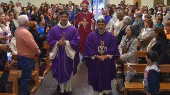 Luego de renovar su juramento ministerial, los nuevos párrocos oficiaron una misa ante cientos de fieles católicos acompañados por el obispo diocesano.