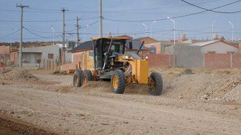 Máquinas viales y camiones de la Secretaría de Obras Públicas estuvieron afectados esta semana a trabajos de nivelación y enripiado de calles en el barrio Bicentenario.