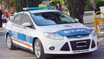 Los suboficiales que le habrían robado al ciudadano dominicano se movilizan en un patrullero marca Ford Focus, lo que permitió identificar a los sospechosos.