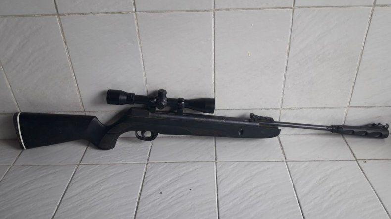 El rifle que les fue incautado a los cazadores furtivos.