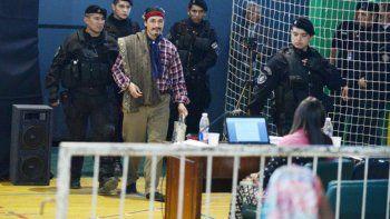 Facundo Jones Huala al ingresar al gimnasio de Bariloche donde se realizó el juicio por su extradición.
