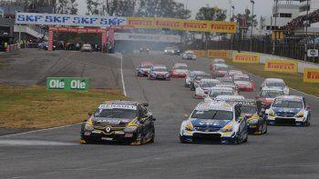 El Renault Fluence de Leonel Pernía en momentos de superar al auto de Agustín Canapino ayer en Capital Federal donde el Super TC2000 corrió la primera fecha de la temporada.