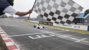 Nicolás Moscardini cruza la bandera a cuadros ayer en el autódromo Juan y Oscar Gálvez de Capital Federal.