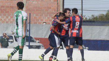 Jorge Lasso, Fernando Calculef y Damián Ruiz en un abrazo de goleadores. USMA fue ampliamente superior y lo demostró en el resultado.