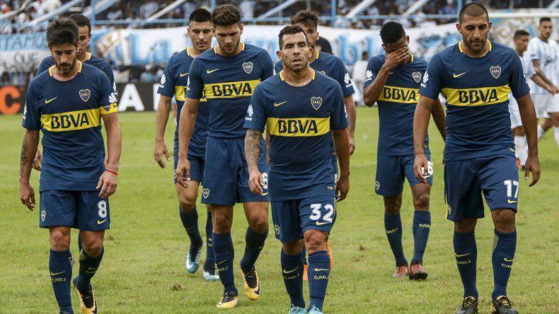 Los jugadores de Boca se retiran cabizbajos luego del empate que lograron agónicamente como visitantes frente a Atlético Tucumán.