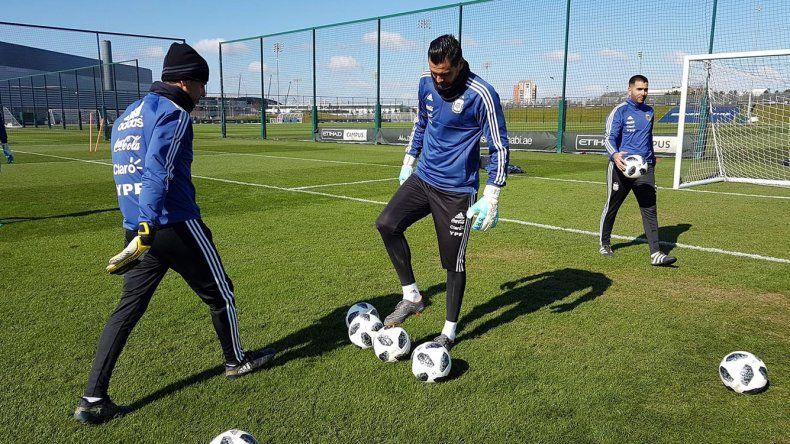 El arquero Sergio Romero entrenando ayer en el Centro Deportivo del Manchester City.