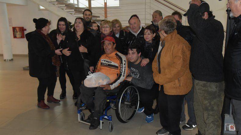 Carlos Gandará junto a su hijo Brian –der– en el cierre de su travesía de 1.300 km que terminó en el Centro Cultural.