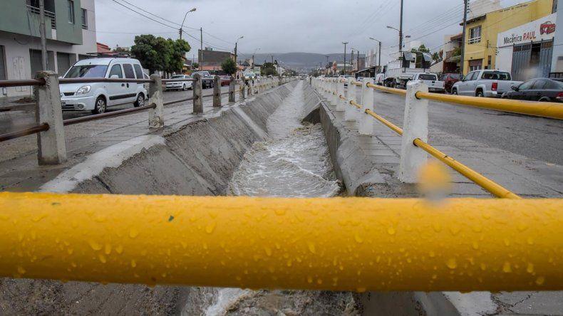 El canal evacuador de la avenida Roca con su capacidad casi a pleno.
