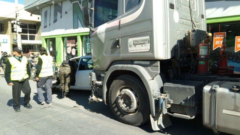 Camión se quedó sin frenos en pleno centro y chocó contra un auto