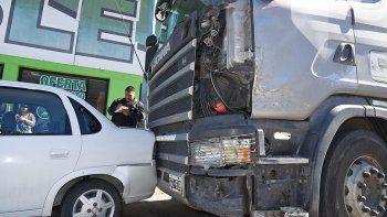 El camión no habría alcanzado a frenar y tras chocar una Amarok embistió al Corsa, al que arrastró por al menos 15 metros.