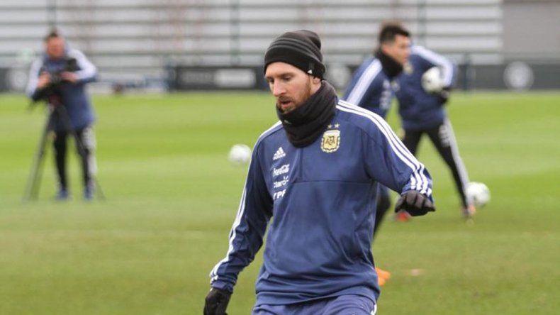 El mejor del mundo Lionel Messi trabajando ayer en el complejo deportivo del Manchester City bajo un intenso frío.