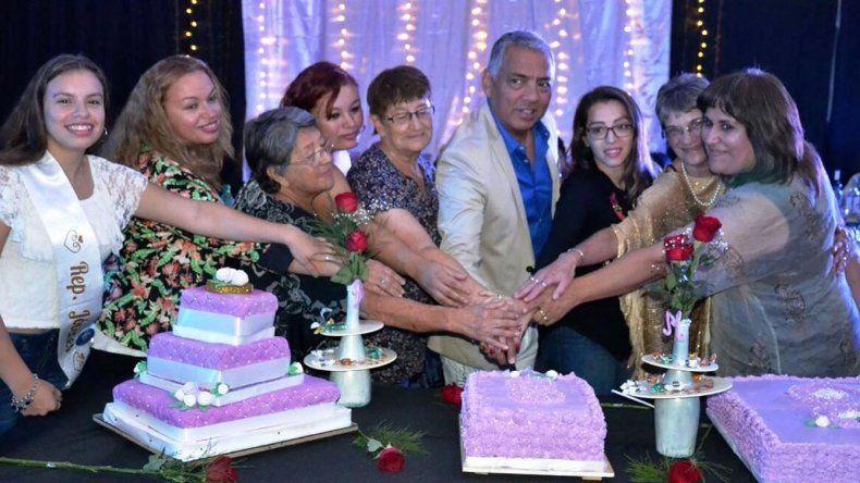 El comisionado de fomento Jorge Soloaga acompañó a un grupo de homenajeadas a cortar una de las tortas servidas en la cena de agasajo.