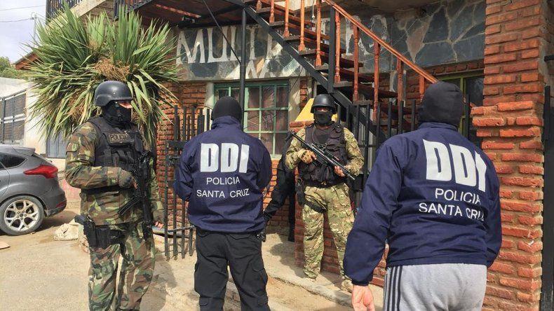 Uno de los allanamientos policiales ordenados por la justicia se realizó en un domicilio del barrio 17 de Octubre.