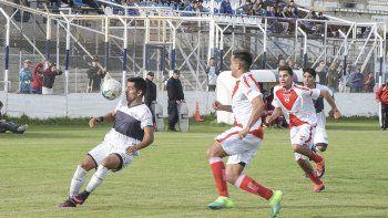 Jorge Aynol, autor del gol de la victoria, domina la pelota en La Madriguera.