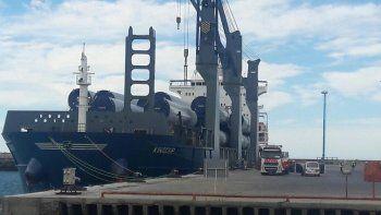 El buque mercante King Cup de bandera de Antigua y Barbuda atracó en el puerto comodorense con los equipos.