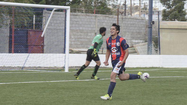 Maximiliano Pérez festeja su gol