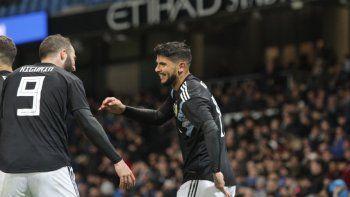 Ever Banega, autor del primer gol argentino, festeja con Gonzalo Higuaín.