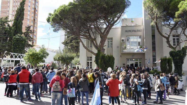 Momentos de tensión se vivieron en la Municipalidad cuando docentes intentaron entregar un petitorio al intendente Carlos Linares.