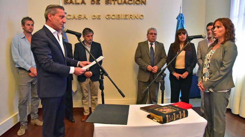 El gobernador al tomarle ayer juramento a nuevos funcionarios.